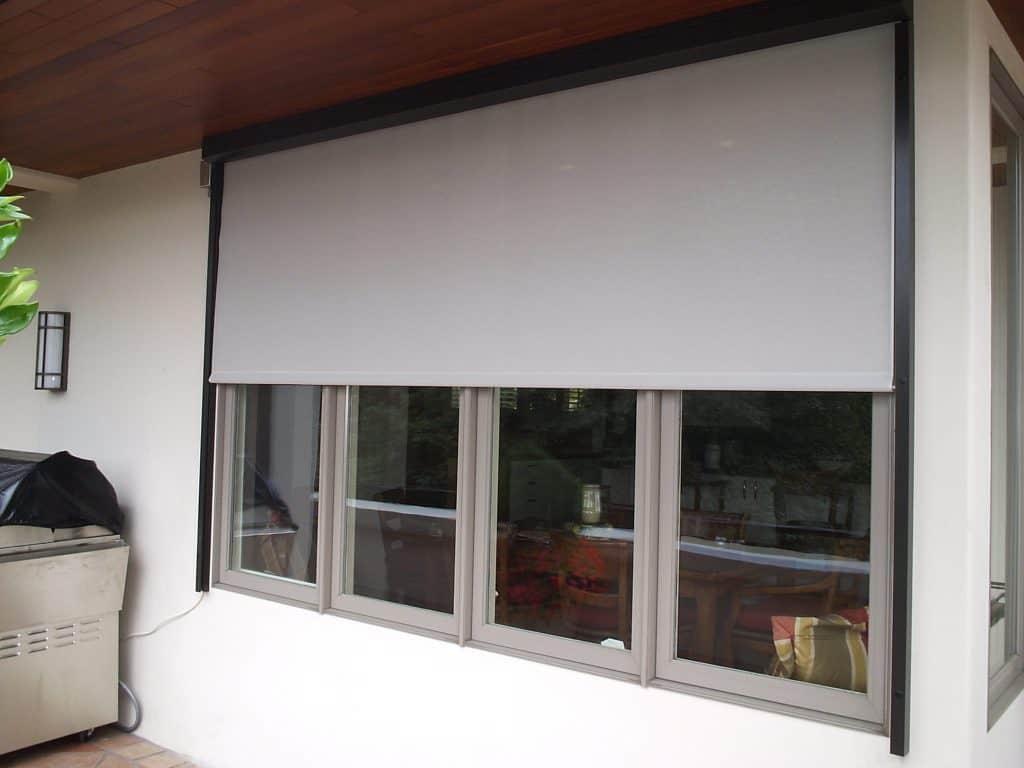 retractable exterior window screen